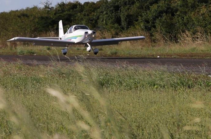 Helder Vilela embarcou em voo para gravar o 'Fora do ar' (Foto: Reprodução/Rede Clube)