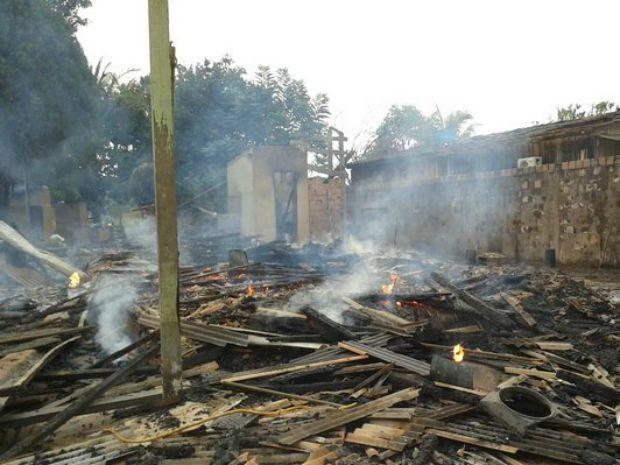 Casa ficou ticou totalmente destruída após incêndio (Foto: Anari Notícia/ Reprodução)