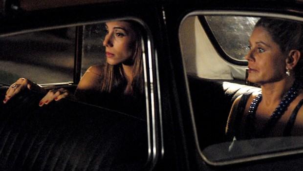 Ao chegar à casa de Opash (Tony Ramos), Duda vê o ex-noivo e Maya (Juliana Paes) de mãos dadas (Foto: CEDOC Globo)