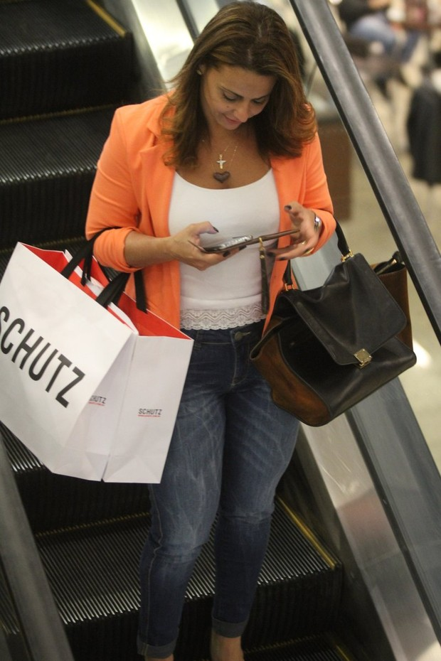 Viviane Araújo em shopping do Rio (Foto: Marcos Ferreira / Foto Rio News)