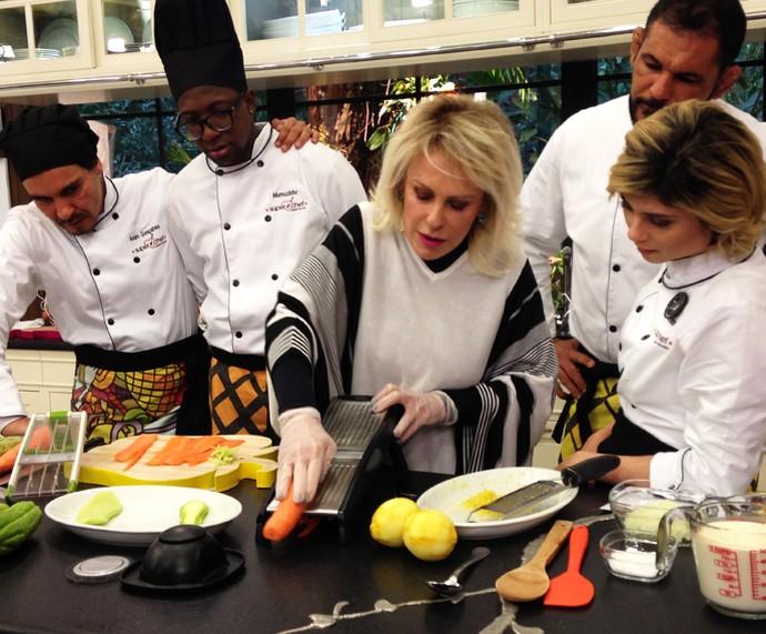 Ana Maria ensina como preparar os legumes para fazer espaguete (Foto: Melina Mantovani/Gshow)