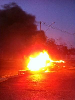 Moradores de Itu voltam a colocar fogo em pneus como protesto pela falta d'água (Foto:Thiago Ariosi)