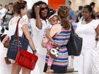 Gloria Maria embarca em aeroporto carioca com as filhas