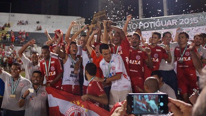 América-RN ergue a taça do Campeonato Potiguar (Foto: Augusto Gomes/GloboEsporte.com)