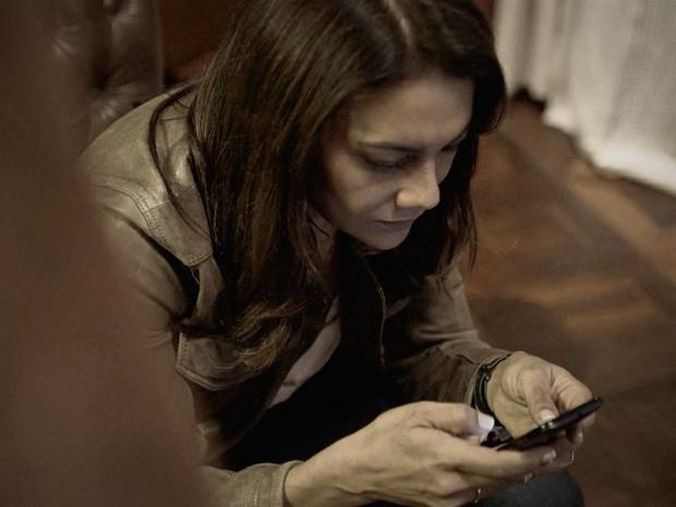 Rosa mexe no celular de Bruno encontrado no freezer da mansão (Foto: O Rebu / TV Globo)