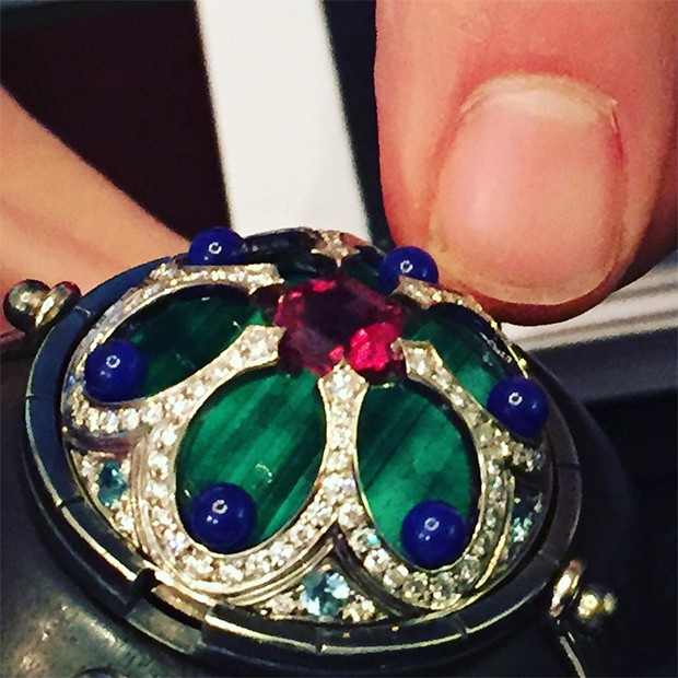 A close up of the other side of the Elie Top jewel when it flips mechanically from Mediaeval to modern with rubelite, malachite, lapis, blue topaz and diamonds. (Foto: @suzymenkesvogue)