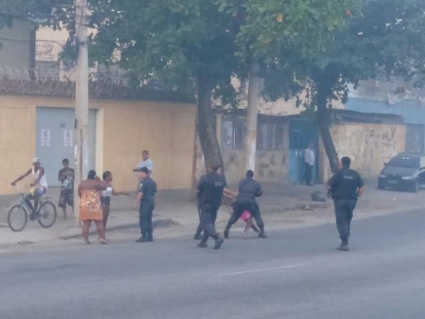 Houve confusão na tentativa de PMs liberarem a via (Foto: Bruna Barra / Enviado por Whatsapp)