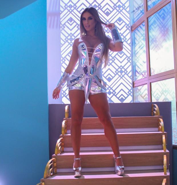 Nicole Bahls em cenário de atração do canal Multishow (Foto: Divulgação)