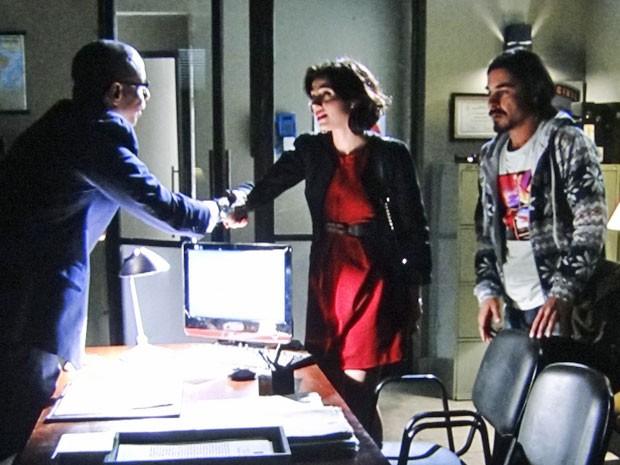 Miriam e Pedro fazem uma descoberta na delegacia (Foto: Amor Eterno Amor/TV Globo)