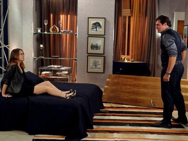 Laura fica em pânico quando Marcos arromba a porta do quarto (Foto: Maria Clara Lima/ Gshow)