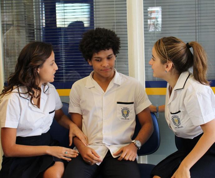 Camila e Tainá pedem ajuda de BB para descobrir mais sobre Henrique (Foto: Thais Dias/Gshow)