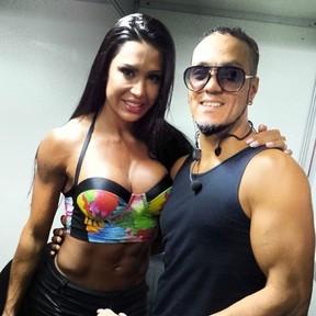 Gracyanne tieta o marido, Belo, no camarim de show (Foto: Instagram)