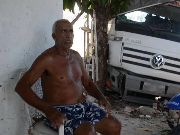 Caminhão só não atingiu morador por causa de árvore (Foto: Walter Paparazzo/G1)