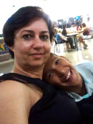A professora Flávia com o filho adotivo Gustavo (Foto: Facebook/Reprodução)