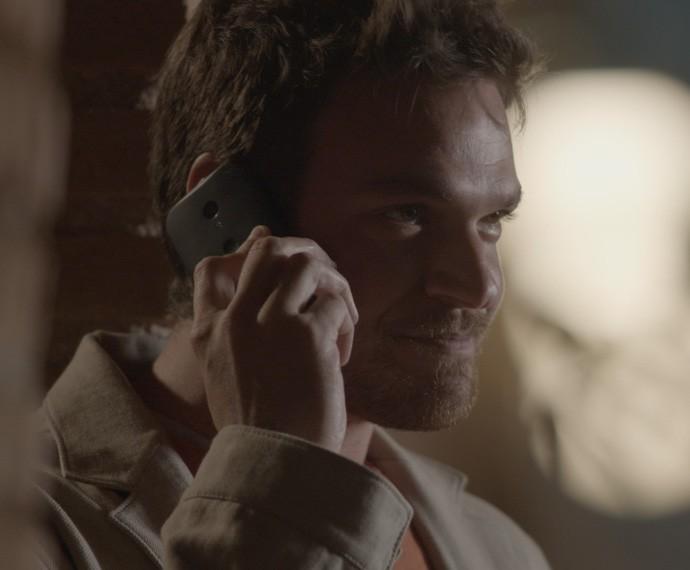 Pedro tenta convencer a secretária a ir para Belarrosa durante a noite (Foto: TV Globo)