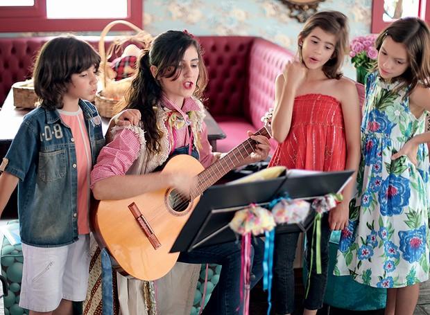 Solte a voz! As crianças vão adorar cantar e dançar, ainda mais se você tiver talentos musicais com algum instrumento, como a artista Nina Lacerda. O repertório pode ir de cantigas de roda a estrelas pop, como Lady Gaga (Foto: Rogério Voltan/Casa e Comida)