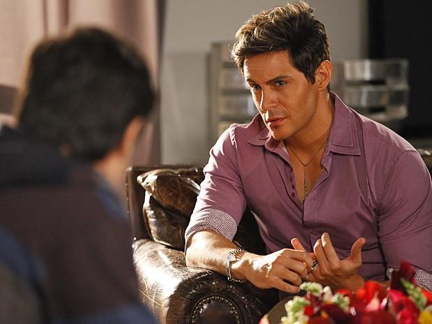 Inácio abre o coração e deixa Fabian chocado (Foto: Cheias de Charme / TV Globo)
