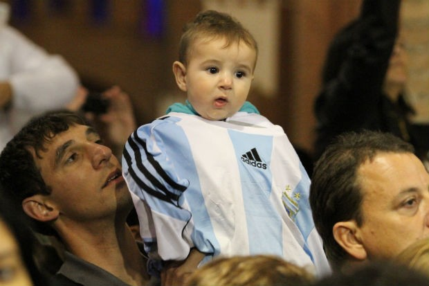 Criança de sete meses recebe bênção do Papa após fim da missa em Aparecida. (Foto: Carlos Santos/G1)