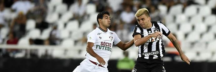 Sornoza e Victor Luis no clássico entre Fluminense e Botafogo no Nilton Santos (Foto: André Durão)