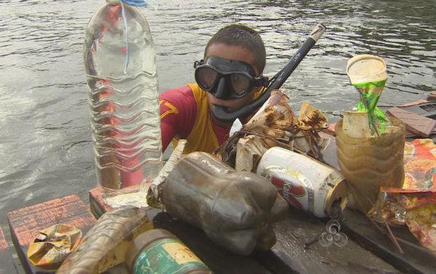 Bombeiro catando lixo no fundo do rio no balneário (Foto: Reprodução/TV Amapá)