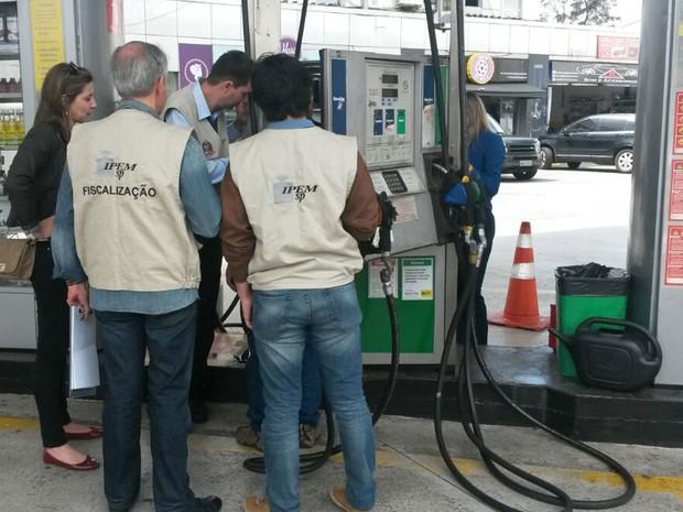 Fiscais do IPEM encontram fraude em posto de gasolina da Zona Sul de SP (Foto: Divulgação/IPEM-SP)