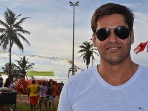 Adailton Martins, secretário de Turismo da Barra dos Coqueiros, comemora o sucesso da festa (Foto: Marina Fontenele/G1)