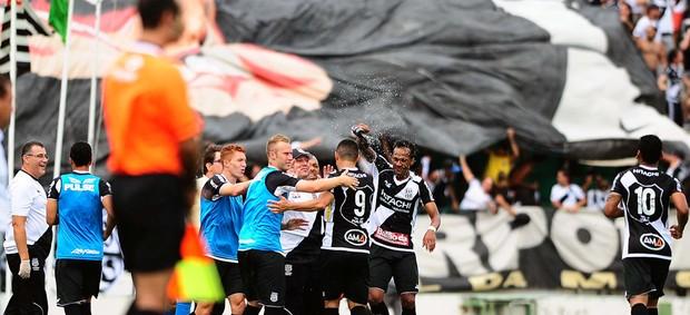 Jogadores da Ponte comemoram gol no dérbi (Foto: Marcos Ribolli/ Globoesporte.com)