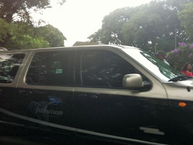 Carro leva corpo de Chorão para velório (Foto: Nathália Duarte/G1)