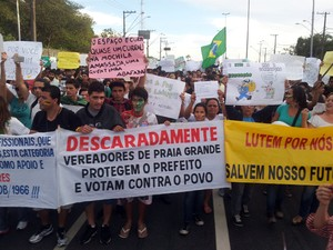 Protestos reuniram mais de 2 mil pessoas em Praia Grande, SP (Foto: Ivair Vieira Jr/G1)
