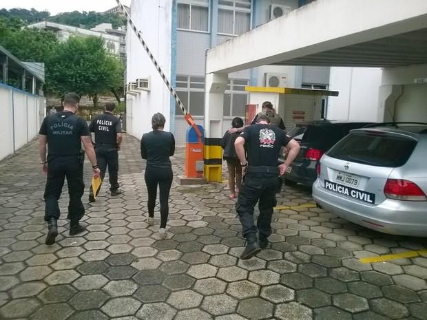 Duas mulheres foram presas na operação (Foto: Rádio Catarinense/Divulgação)