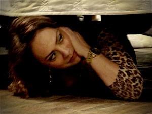 Muricy se esconde embaixo da cama (Foto: Avenida Brasil / TV Globo)