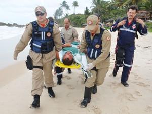 Homem aparece em praia da Paraíba após passar três dias à deriva em mar  (Foto: Walter Paparazzo/G1)