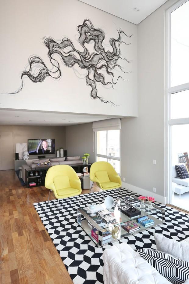 Contraste traz modernidade e estilo à apartamento projetado para receber (Foto: Mariana Orsi)