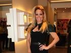 Toda produzida, Danielle Winits marca presença em evento de jóias