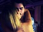 Em foto de beijo, Adriana exibe tatuagem de imagem religiosa
