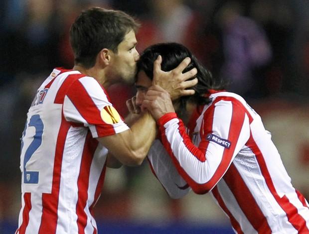 Diego beija Falcao García em comemoração do Atlético de Madri (Foto: Reuters)