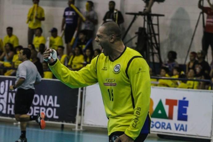 Marcão vibra com Pinheiros na final contra o Taubaté na Liga Nacional de handebol (Foto: Reprodução / Facebook CBHb)
