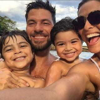 Juliana Paes posa com os filhos e o marido (Foto: Reprodução/Instagram)