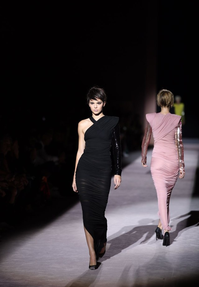 Kendall Jenner desfila para Tom Ford (Foto: Fashion To Max and Tarn Photo)