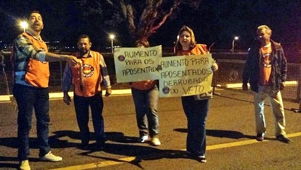 Manifestantes ligados à Força Sindical protestam em frente ao Palácio da Alvorada (Foto: Laís Alegretti/G1)