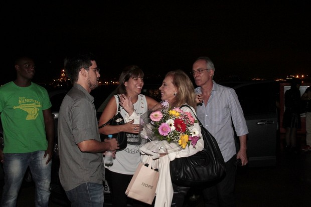 A atriz recebe carinho (Foto: Isac Luz/EGO)