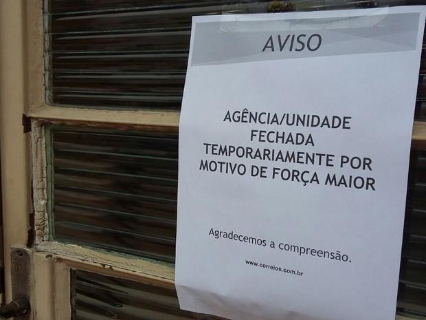 Comunicado foi colocado na porta da unidade  (Foto: São Roque Notícias/Cortesia)