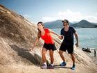 Adriana e Rodrigão escalam a Pedra da Macumba, no Rio, e namoram com a bela vista da orla ao fundo