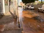 Entregue há 17 dias, rua de Brotas onde cratera abriu tem vazamento