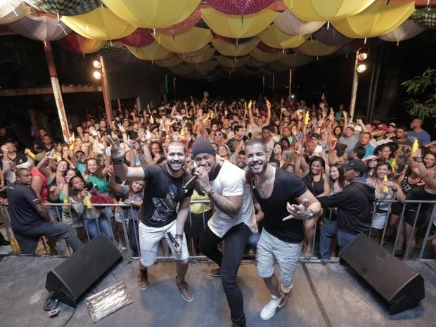 Rafa Marques e Pipo Marques, da Oito7Nove4, com Léo Santana em show em Salvador, na Bahia (Foto: Heber Barros/ Divulgação)