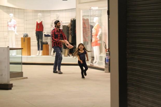 Sofia se diverte em shopping do Rio (Foto: Agnews)