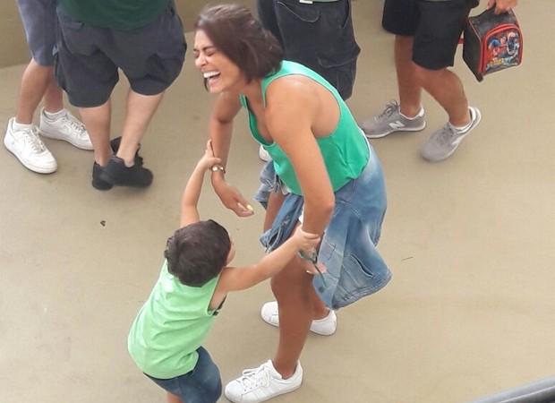Juliana Paes se diverte com Antonio (Foto: MARCELO FERNANDES)