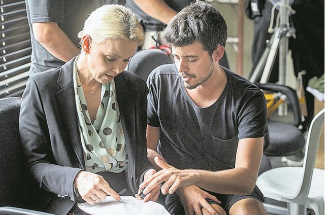 Julia Lemmertz e o diretor Pedro Morelli ensaiam o texto de 'Cidade dos homens' (Foto: Globo/João Cotta)