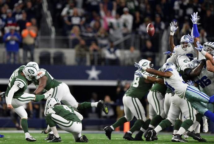 Randy Bullock chuta bola para marcar os pontos da vitória dos Jets contra os Cowboys (Foto: EFE)