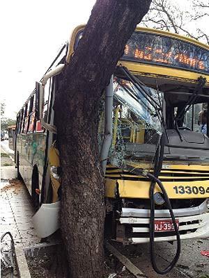 Ônibus atingiu árvore após ser acertado por carro na faixa exclusiva da W3 Sul, em Brasília, nesta terça-feira (27) (Foto: Alan Cardeque de Souza/Vc no G1)